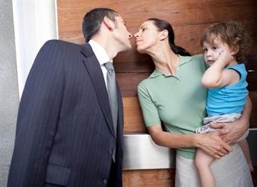 Могут ли мужа военнослужащего уволить если жена в декрете